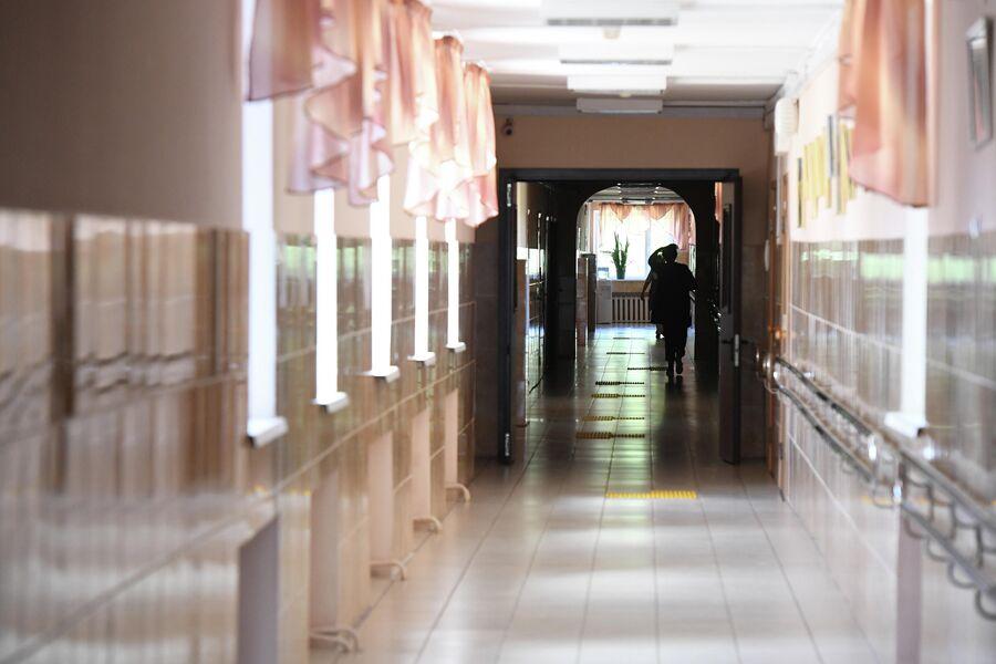 Стены в интернате имеют разную текстуру - это сделано для того, чтобы незрячие воспитанники могли ориентироваться в пространстве