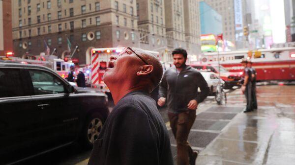 Прохожие на месте столкновения вертолета со зданием в Нью-Йорке
