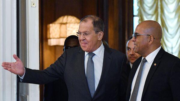 Министр иностранных дел РФ Сергей Лавров и министр иностранных дел и труда Гренады Питер Дэвид во время встречи