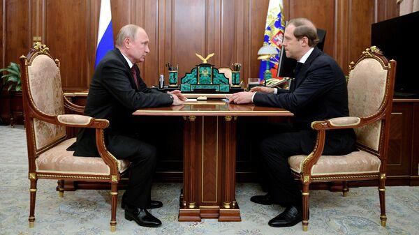 Президент РФ Владимир Путин и министр промышленности и торговли РФ Денис Мантуров во время встречи. 11 июня 2019