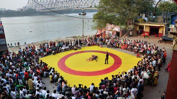 Работа фотографа Амита Мулика Бойцовский поединок на красно-желтом ковре. Индия