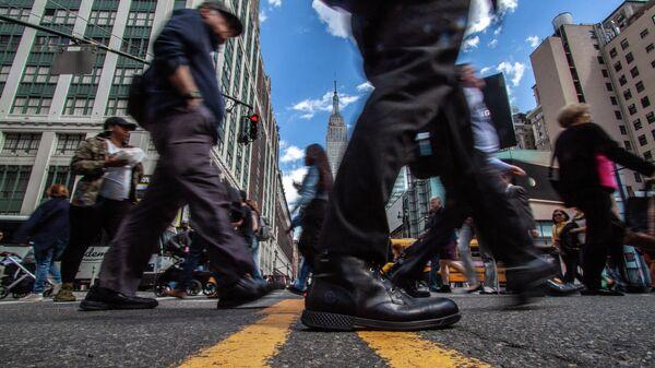 Люди переходят улицу Седьмая авеню в Нью-Йорке