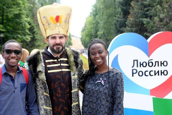 Молодые люди на праздновании Дня России в парке им. М. Горького в Казани