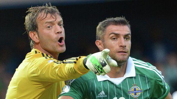 Футболисты сборной Северной Ирландии Аарон Хьюз (справа) и Рой Кэрролл