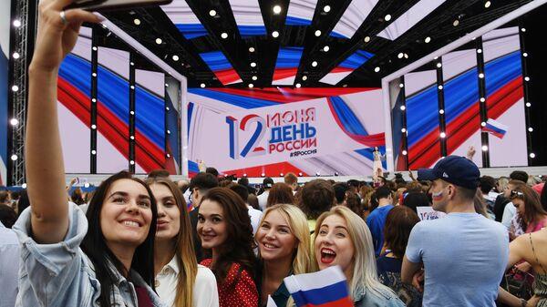 Девушки на праздничном концерте на Красной площади по случаю Дня России. 12 июня 2019