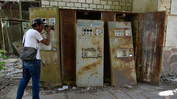 Туристы во время экскурсии в зону отчуждения Чернобыльской атомной электростанции (ЧАЭС) в городе Припять