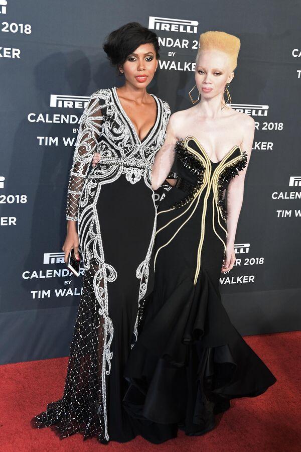 Гамбийская правозащитница Джаха Дукуре (слева) и южноафриканская модель-альбинос Тандо Хопа на презентации нового календаря Pirelli 2018 года.
