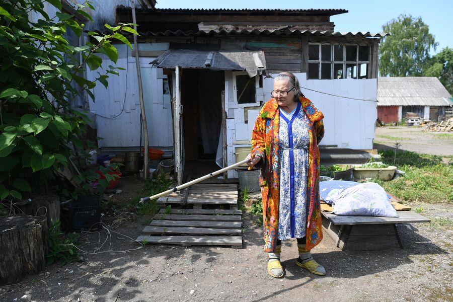 Мария Киреевна возле своего жилища в Екимовичах