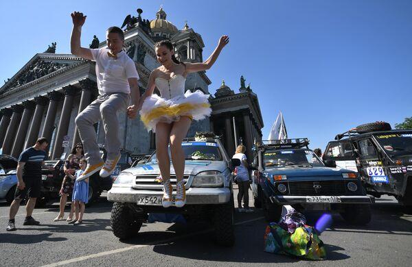 Участники фестиваля скорости SPIEF Drive на Исаакиевской площади в Санкт-Петербурге