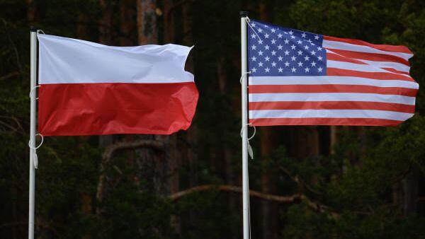 Флаги США и Польши. 14 апреля в польском Ожише прошла церемония приветствия многонационального батальона НАТО под руководством США.