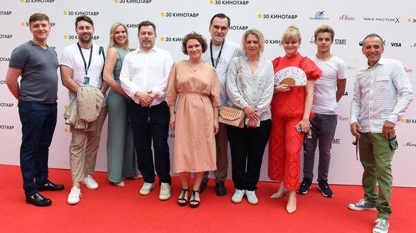 Съемочная группа фильма режиссера Анны Пармас Давай разведемся перед премьерой в рамках 30-го Открытого фестиваля российского кино Кинотавр