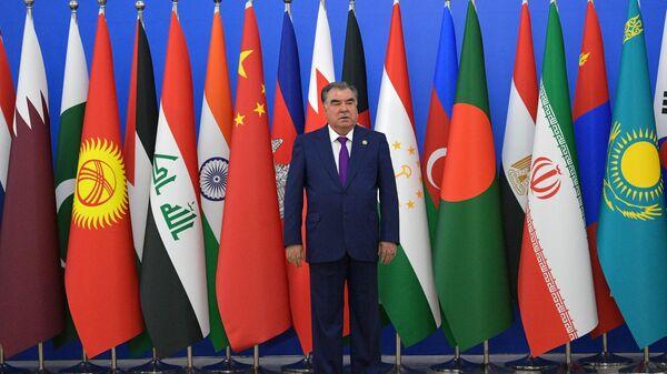 Президент Таджикистана Эмомали Рахмон во время церемонии приветствия глав делегаций государств, принимающих участие в Совещании по взаимодействию и мерам доверия в Азии в Душанбе. 15 июня 2019