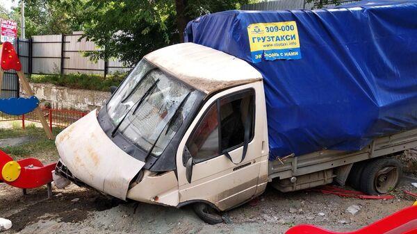 Грузовой автомобиль Газель протаранил ограждение детской площадки в Саратове. 16 июня 2019