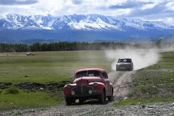 Участники международного ралли на старинных автомобилях Пекин - Париж 2019 преодолевают участок вблизи села Курай в Республике Алтай на автомобилях Chevrolet Super Deluxe Coupe (1941) и VAZ-2103(1972)