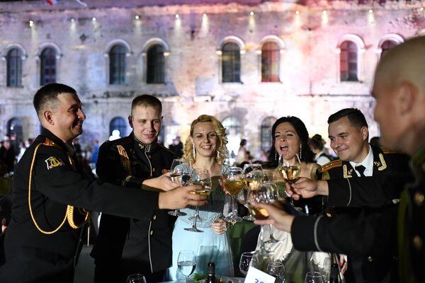 Участники VI Международного Большого Севастопольского Офицерского Бала на площади Михайловской Береговой батареи