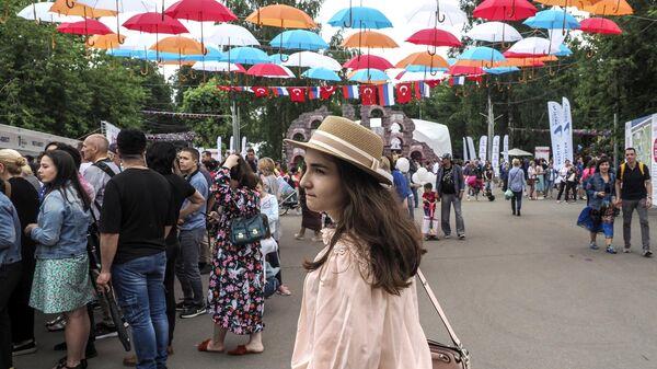 Посетители фестиваля Турции в парке Красная Пресня в Москве