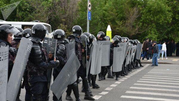 Полиция во время митинга в Нур-Султане