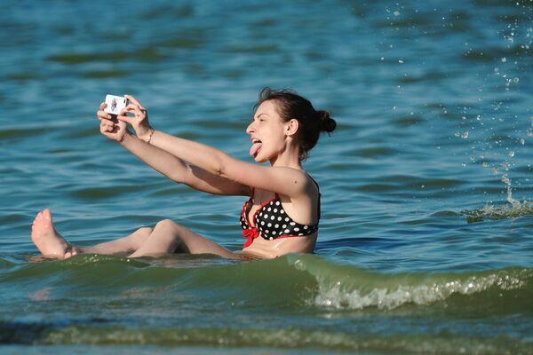 Девушка отдыхает на Павло-Очаковской косе Азовского моря в Ростовской области