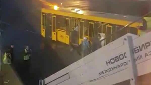 Пассажиры у трапа самолета Boeing 757-200 авиакомпании Azur Air в аэропорту Толмачево