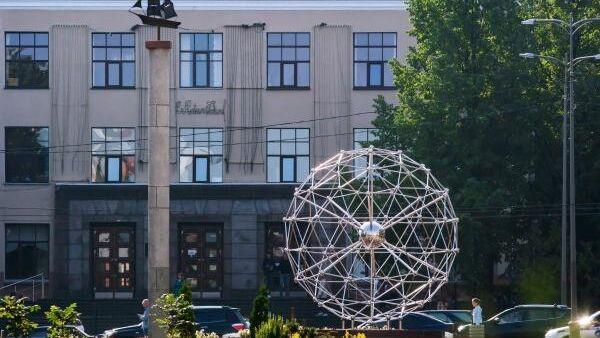 Фонтан Молекула фуллерена и главное здание Петрозаводского государственного университета
