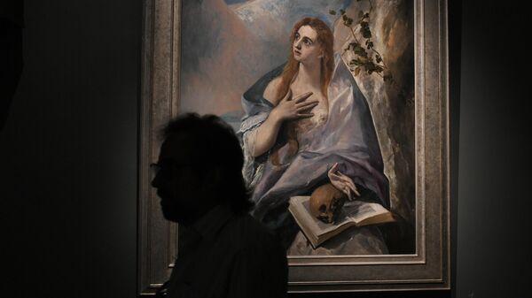 Посетитель у картины Эль Греко Кающаяся Мария Магдалина на пресс-показе выставки Щукин. Биография коллекции в ГМИИ