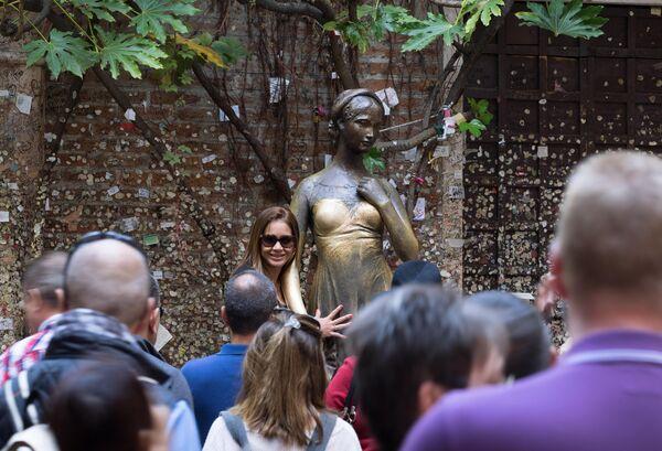 Туристы у статуи Джульетты в Вероне