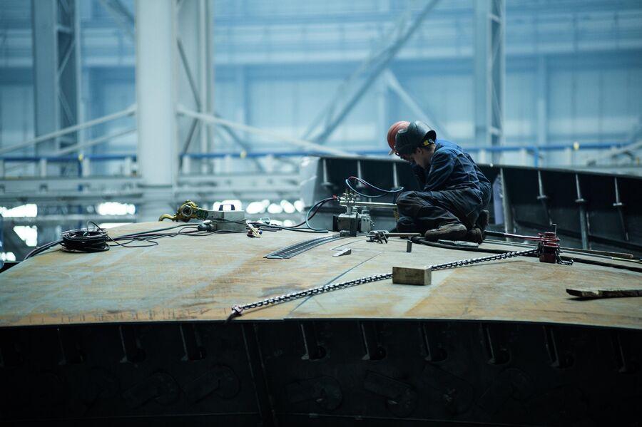 Рабочие в цехе корпусных производств верфи Звезда