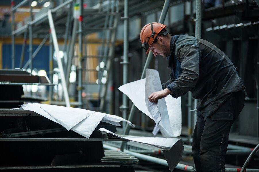 Рабочие в цехе корпусных производств ССК Звезда