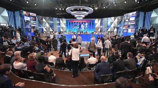 Студия в Гостином дворе перед началом ежегодной специальной программы Прямая линия с Владимиром Путиным