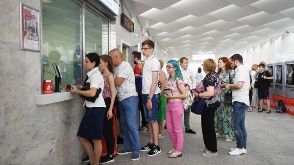Пассажиры стоят в очередь в кассу на станции метро Ольховая Сокольнической линии