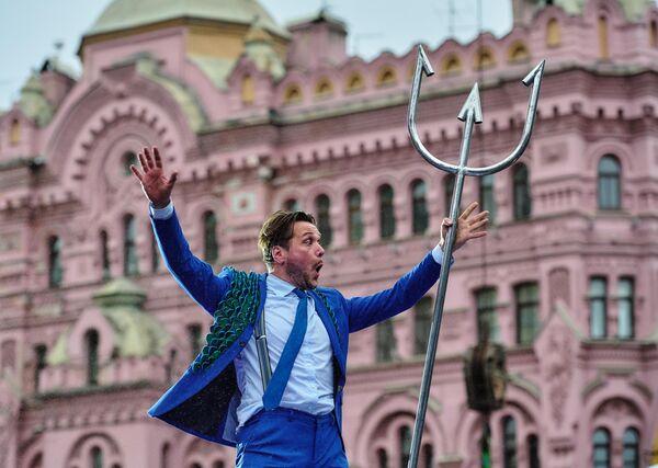 Сцена из спектакля Odysseee театра из Нидерландов  Gajies во время церемонии открытия Международной Театральной Олимпиады в Санкт-Петербурге
