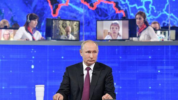 Президент Владимир Путин отвечает на вопросы россиян во время ежегодной прямой линии