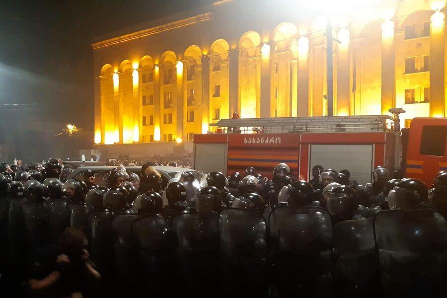 Сотрудники полиции во время акции протеста у здания парламента Грузии в Тбилиси