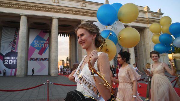 Выпускники российских школ на празднике выпускников