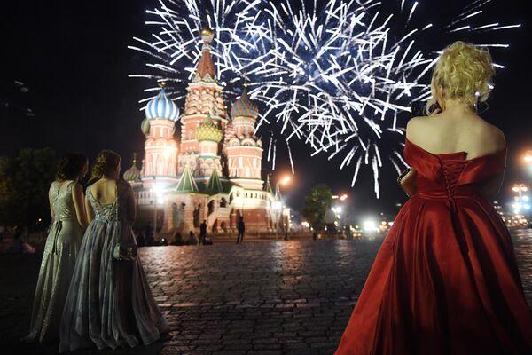 Выпускницы российских школ во время праздничного салюта на Красной площади