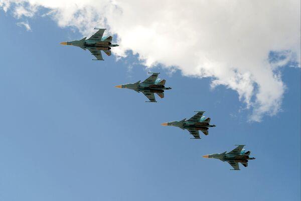 Истребители-бомбардировщики Су-34 совершают полет на сводной тренировке динамического показа боевых возможностей вооружения и военной техники с авиацией в рамках предстоящего Международного военно-технического форума Армия-2019 в военно-патриотическом парке Патриот