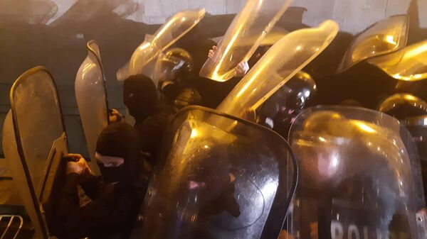 Сотрудники полиции во время акции протеста у здания парламента Грузии в Тбилиси. Оппозиция в Грузии сорвала сессию МАП (Межпарламентской ассамблеи православия) и устроила беспорядки на улицах Тбилиси, требуя отставки президента МАП Сергея Гаврилова