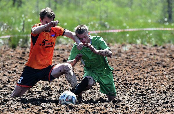 Болотный футбол в пригороде Петербурга
