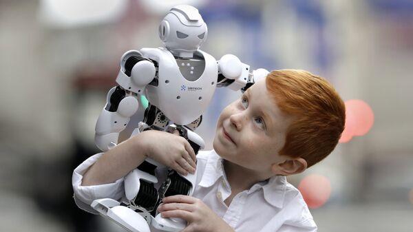 Мальчик с роботом в магазине игрушек Hamleys в Лондоне