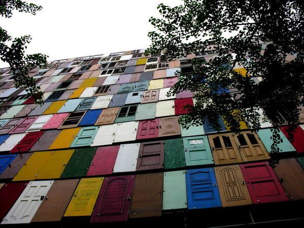 Инсталляция Чой Чжон Хва из старых дверей