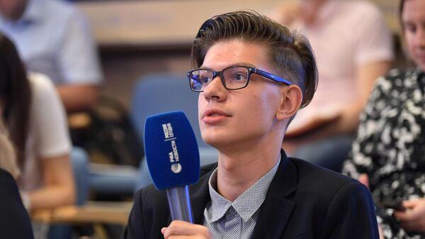 Школьник Даниил Дрябин из Тульской области, набравший на ЕГЭ-2019 400 баллов, на пресс-конференции в МИА Россия сегодня. 24 июня 2019