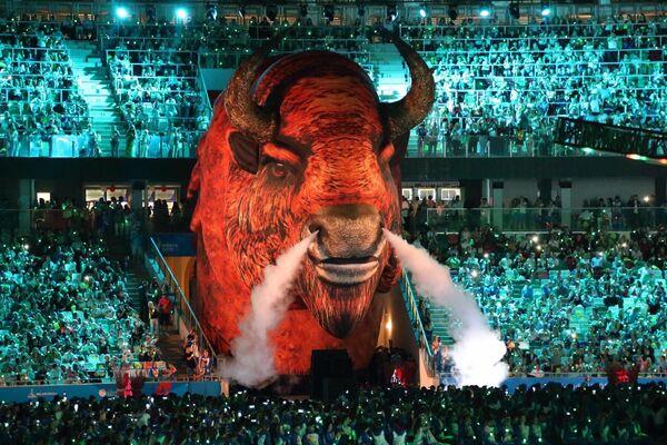 Гостям  торжества представили шоу Когда цветет папоротник, частью которого стал символ Белоруссии – зубр