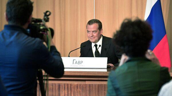 Председатель правительства РФ Дмитрий Медведев во время совместной с премьер-министром Франции Эдуаром Филиппом пресс-конференции по итогам встречи в Гавре