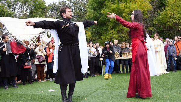 Во время национальной свадьбы на абхазском фестивале Апсны в парке Красная Пресня в Москве