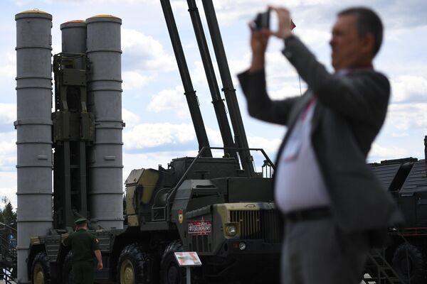 Пусковая установка зенитно-ракетного комплекса (ЗРК) С-300 Фаворит на Международном военно-техническом форуме Армия-2019