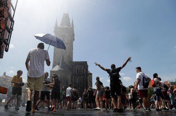 Люди в жаркий день на Староместской площади в Праге, Чехия