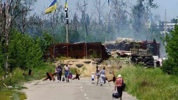 Местные жители в районе пропускного пункта Станица Луганская, куда прибыли представители ОБСЕ для наблюдения за первым этапом отвода украинских подразделений