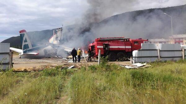 Сотрудники противопожарной службы тушат пожар на месте аварийной посадки самолёта Ан-24 в Нижнеангарске