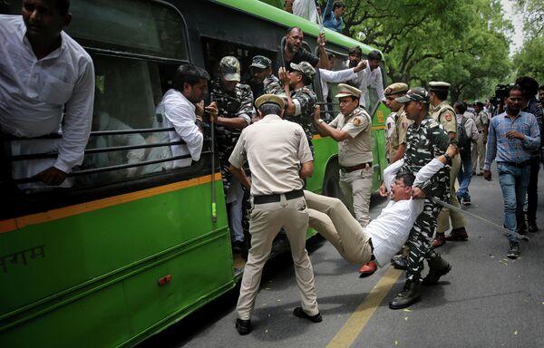 Индийская полиция задерживает активистов оппозиционной партии Индийский национальный конгресс протестующих у резиденции Министра здравоохранения Индии после гибели более 100 детей из-за энцефалита в штате Бихар