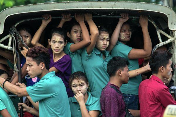 Рабочие направляются на фабрику в Янгоне, Мьянма